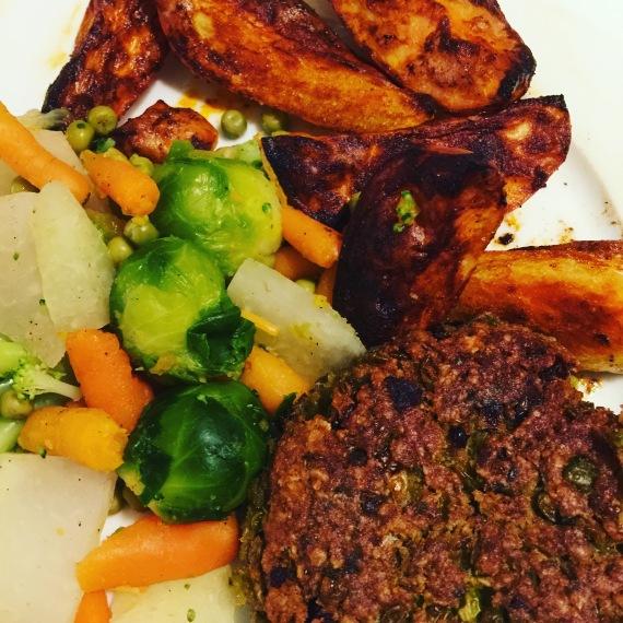 Lieblingsessen // Vegane Frikadellen mit buntem Gemüse undBackkartoffeln